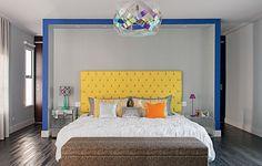 Os 40 m² do quarto do casal permitiram erguer um nicho de alto a baixo, com 35 cm de profundidade, em que a cama e os criados-mudos encaixam-se. Feita de gesso acartonado, a estrutura de visual leve ficou pronta em um dia. Projeto da arquiteta Andrea Murao