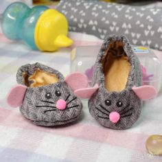 Doll Shoe Patterns, Baby Shoes Pattern, Bag Patterns To Sew, Baby Sewing Projects, Sewing Projects For Beginners, Baby Shoes Tutorial, Felt Baby Shoes, Sewing Baby Clothes, Doll Shoes