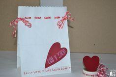 Bolsas de papel para envolver regalos. http://hechoporkit.wordpress.com/