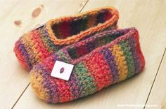 Make a cozy pair of crocheted slippers with this quick and easy rainbow striped slipper tutorial!