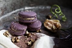 Macaron in a tasty shell made of almond and walnut, stuffed with dried figs marinated in Mavrodafni sweet wine and Philadelphia cream cheese.
