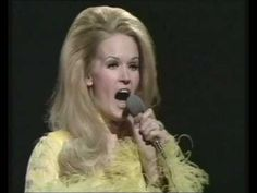 Lynn Anderson - I Beg Your Pardon, I Never Promised You A Rose Garden (BBC Top Of The Pops) I remember hearing this song as we're driving home from school, grader at the time. Country Music Videos, Country Music Stars, Country Music Singers, Country Songs, Dolly Parton Albums, Lynn Anderson, Youtuber, Bbc, Greatest Songs