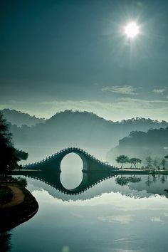 A beleza oriental da Ponte da Lua, em Taipei, Taiwan Places To Travel, Places To See, Places Around The World, Around The Worlds, Taiwan Travel, Laos Travel, Belle Photo, Wonders Of The World, The Good Place