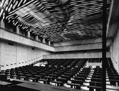 Federální shromáždění bylo postaveno v letech 1966–1973 podle projektu architektů Karla Pragera, Jiřího Kadeřábka a Jiřího Albrechta jako rozšíření přistavěné na prvorepublikovou budovu tehdejší Pražské burzy