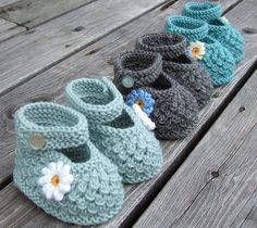 Love these adorable knit baby shoes! Crochet Baby Socks, Knit Baby Shoes, Crochet Shoes, Crochet Baby Booties, Crochet Slippers, Knitted Baby, Baby Knitting Patterns, Baby Booties Knitting Pattern, Knitting For Kids