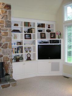 corner tv built in Corner Tv Unit, Room Corner, Corner House, Corner Bookshelves, Built In Bookcase, Custom Bookshelves, White Bookshelves, Bookcases, Tv Built In