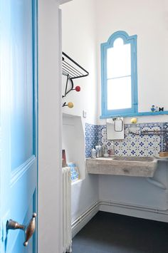 12 Mediterranean home design style concepts with details explanation Dream Bathrooms, Beautiful Bathrooms, Bathroom Inspiration, Kitchen And Bath, Home And Living, Interior And Exterior, Home Accessories, House Design, Vintage