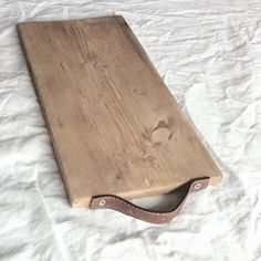 """En träbit en läderrem från en väskatvå skruv=ett skärbrädaoch lite """"kaffesumpsbets"""" på det #cuttingboard #skärbräda #diy#pyssel #crafty #create #creative #kitchendetails #återbruk #recycle#skandinaviskehjem #nordiskehjem #finahem #simplehome #simpledecor #simpleliving #handmade #handcrafted #wood #woodwork #woodcraft #trä de interiorbyanna"""