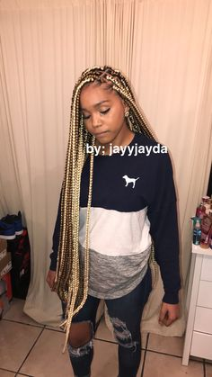 All styles of box braids to sublimate her hair afro On long box braids, everything is allowed! For fans of all kinds of buns, Afro braids in XXL bun bun work as well as the low glamorous bun Zoe Kravitz. Colored Box Braids, Blonde Box Braids, Short Box Braids, Black Girl Braids, Braids For Black Hair, Girls Braids, Braids With Color, Cute Box Braids, Ombre Box Braids