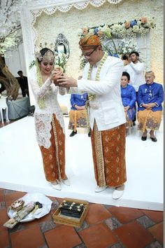 Modern Sundanese Wedding at Sampoerna Strategic Square Javanese Wedding, Indonesian Wedding, Antara, Jakarta, Traditional Outfits, Cambodia, Garden Wedding, Brides, Dan
