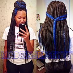 All styles of box braids to sublimate her hair afro On long box braids, everything is allowed! For fans of all kinds of buns, Afro braids in XXL bun bun work as well as the low glamorous bun Zoe Kravitz. Blue Box Braids, Colored Box Braids, Short Box Braids, Black Girl Braids, Girls Braids, Long Braids, African Braids Hairstyles, Braided Hairstyles, Doll Hairstyles