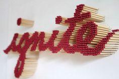 Pei-San Ng évolue dans l'architecture, l'art et le graphisme, originaire de Taiwan, elle vit et travaille en périphérie de Chicago. Nombreux de ses travaux traitent de la typographie à travers l'utilisation d'allumettes.  Elle colle des milliers d'allumettes sur des surfaces en bois et joue à merveille avec la hauteur des bâtonnets, offrant du volume aux oeuvres. Les deux couleurs qui habillent l'allumette permettent également un rendu visuel fort...
