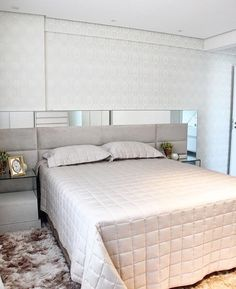 """617 curtidas, 5 comentários - Arquitetura de Interiores (@arq4home) no Instagram: """"Quarto do casal simples e bonito com cabeceira estofada emoldurada por espelho e papel de parede.…"""" Nightstand, Bedroom, Architecture, Furniture, Instagram, Design, Home Decor, Head Boards, Couple Bedroom"""