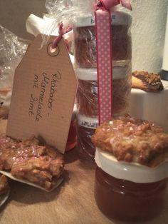 Mini-Lebkuchen mit Walnuss und Marzipan, selbstgemachte Rhabarber-Zimt-Marmelade, Butter-Herzen mit Haselnuss-Krokant und Schokolade