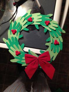 Couronne de Noël fait de main Christmas Arts And Crafts, Winter Crafts For Kids, Xmas Crafts, Kids Christmas, Handmade Christmas, Art For Kids, Christmas Wreaths, Diy And Crafts, Christmas Decorations