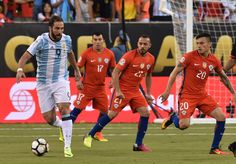 Argentina's Gonzalo Higuain (L) drives the ball during the Copa America Centenario final against Chile in East Rutherford, New Jersey, United States, on June 26, 2016.  / AFP / Nicholas Kamm