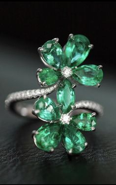 Chopard Emerald and Diamond Ring from the Haute Joaillerie Collection Gems Jewelry, High Jewelry, Luxury Jewelry, Gemstone Jewelry, Diamond Jewelry, Jewelery, Jewelry Accessories, Jewelry Design, Green Gemstones