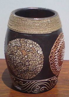 ♥Matina try project Bottle Art, Bottle Crafts, Vases, Eggshell Mosaic, Egg Shell Art, Empty Wine Bottles, Burlap Crafts, Altered Bottles, Woodworking Patterns