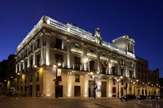 El Ayuntamiento de #Alcoy de estilo academicista diseñado por Jorge Gisbert Berenguer fue construido entre los años 1846 y 1863 sobre el espacio que ocupó el Convento de San Agustín. #Alcoi #Lugaresdeinterés