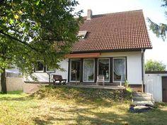 Einfamilienhaus in Gundelfingen: Auf dem 642 m² großen Grundstück wurde im Jahr 1976 ein Einfamilienhaus der Firma Okal in Fertigbauweise errichtet. Das Wohnhaus verfügt über einen großzügigen Keller u. ca. 127 m² Wohnfläche in Erd- und Dachgeschoss. Zusätzlich verfügt das Dachgeschoss über eine nicht vollständig ausgebaute Fläche von etwa 25 m².