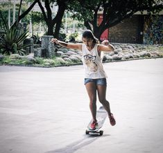 Sara Watanabe e aquele lance de ter equilíbrio! Longboard Dancing Freestyle - Guanabara Boards Team Rider - Aulas de skate longboard para adultos - Aulas de long - Longboard Girls - Longboard Para Meninas