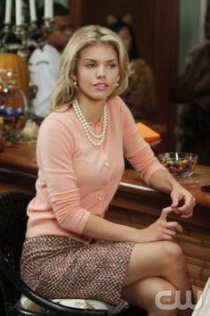 "A very retro and conservative look, but nonetheless, it makes me smile. ""Unmasked""--AnnaLynne McCord as Naomi Clark on 90210 on The CW. Photo: Michael Desmond/The CW The CW Network. All Rights Reserved. Mode Chic, Mode Style, Style Me, Office Fashion, Work Fashion, Classic Fashion, Caroline Channing, Naomi Clark, Tweed Pencil Skirt"