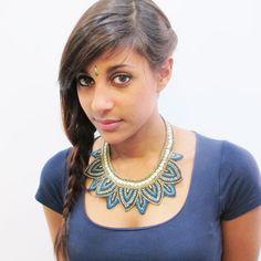 Ce collier indien est un plastron sous forme de fleur. C'est un bijou fantaisie entièrment réalisé en perles de couleur turquoise et dorée. Le collier est réglable et peu se porter en ras de cou avec un joli décolleté!