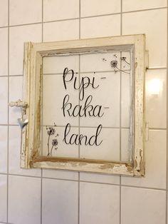 "DIY fürs Badezimmer: ""Pipikakaland"" aus altem Fenster DIY for the bathroom: ""Pipikakaland"" from an o Sylvester Stallone, Living Room Decor, Bedroom Decor, Bathroom Windows, Wood Bathroom, Bathroom Cabinets, Engagement Ring Cuts, Interior Decorating, Sweet Home"