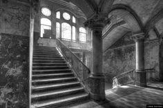 © Blende, Nicole Winkel, #Treppenhaus in schwarz/weiß | #Schwarzweiß #LostPlace