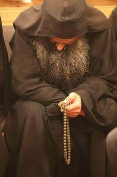 Orthodox monk at prayer. Holy Art, Prayer Corner, Byzantine Icons, Russian Orthodox, Orthodox Christianity, Man Photo, Christian Faith, Priest, Prayers