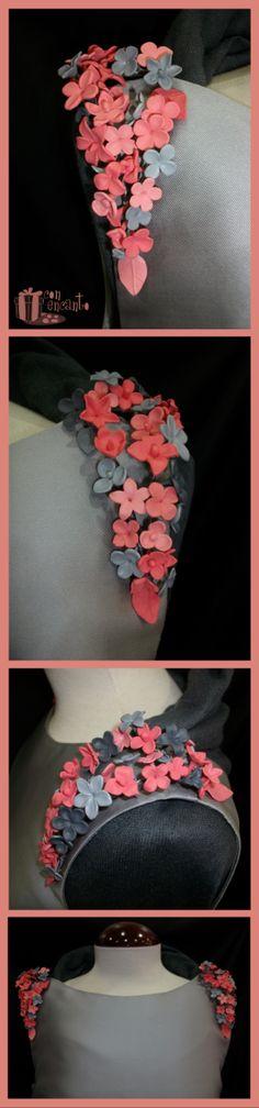 Hombreras hechas a medida cosidas ya al vestido. Las flores están modeladas a mano y pintadas en 3 tonos de coral, el más oscuro es de el color de los zapatos de su dueña. La forma que tienen esta pensada para poder utilizarlas más adelante como Tocado, o adorno de una chaqueta o bolso. Múltiples posiciones y usos para una pieza joya www.facebook.com/ConEncantoBilbao Shoulder #pads #bespoke