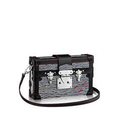 Descubra a Louis Vuitton Petite Malle Denim:  A Petite Malle Epi Denim combina perfeitamente o trabalho artesanal da Louis Vuitton com uma tendência estilosa e ousada. Refletindo a herança da Maison na fabricação de baús, ela possui a assinatura entrecruzada do viajante Albert Kahn. Atemporal e perfeita para complementar um estilo chique de dia ou à noite.