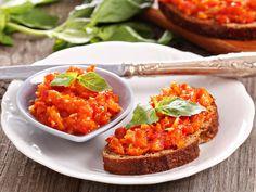 Frisch und selbst gemacht schmeckt alles am besten, auch Brotaufstriche. Entdecken Sie viele vegane Köstlichkeiten mit Aubergine, Kichererbse oder Tomate.