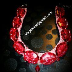 Caramelos rojos. Collar rojo de resina y cristal