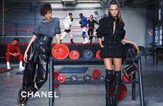 Yaratıcılığın sınırlarında dolanan Karl Lagerfeld'den yeni Chanel kampanyası. Detaylar lofficiel.com.tr'de. www.lofficiel.com.tr