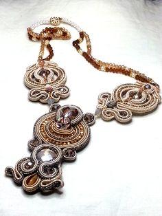 Collana in soutache, cristalli e perle di vetro. Soutache necklace with crystals and glass beads. www.annodarte2013.blogspot.it