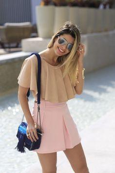 Look da Carol Tognon com saia rosa quartz e camisa nude de babados. Detalhe para a bolsa azul marinho e o óculos espelhado!