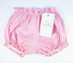 Shortinho cobre fraldas em tricoline 100% algodão na cor rosa com poás brancos. Renda elástica hipoalergênica na cintura e nas pernas. Acabamento em frufru.  P - 0 a 6 meses M - 6 a 12 meses  G - 12 a 18 meses R$ 19,90