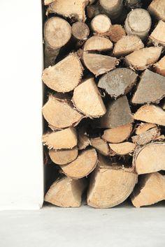 Å komme inn fra kjølig høstluft, med roser i kinnene Timber Logs, Diy Organisation, Scandinavian Home, Patterns In Nature, Raw Materials, Natural Texture, E Design, Home Deco, Interior Styling