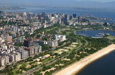 São 7 km do Aeroporto Santos Dumont a enseada de Botafogo. Para construir o Aterro, foi utilizada terra do Morro de Santo Antônio (na região do Largo da Carioca) e foi das primeiras grandes obras de Carlos Lacerda, governador do Estado da Guanabara.