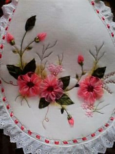 Juegos de baño Ribbon Embroidery Tutorial, Rose Embroidery, Hand Embroidery Stitches, Silk Ribbon Embroidery, Embroidery Patterns, Ribbon Art, Ribbon Crafts, Diy Crafts For Gifts, Embroidery For Beginners