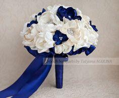 Ramo de broche. Marfil y azul marino boda por MagnoliaHandmade