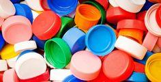 9 Amazing life hacks with plastic bottle lids Plastic Bottle Tops, Empty Plastic Bottles, Plastic Caps, Bottle Cap Art, Bottle Cover, Amazing Life Hacks, Useful Life Hacks, Drinking Straw Crafts, Decoupage