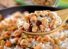 O arroz de frigideira é um prato fácil, versátil e com resultado saboroso. Fica pronto em 15 minutos e pode ser usada a sobra de arroz já cozido. Confira!