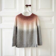 Blød og varm sweater med fine detaljer. Sweateren har et fint farveforløb i dip dye teknik, der giver uendelige muligheder for farvekombinationer. ___________________________________ STØRRELSE: xs (s) m (l) xl ___________________________________ MÅL: Brystvidde: 90 (94) 99 (103) 107 cm Længde fra ærmegab til bund: 40 (42) 44 (46) 48 cm Ærmelængde fra håndled til ærmegab: 43 …