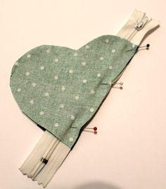 Ilahdutusta ja DIY:Sydänpussukka – Punatukka ja kaksi karhua - New Sites Sewing Hacks, Sewing Tutorials, Sewing Patterns, Craft Projects, Sewing Projects, Diy Y Manualidades, Wallet Tutorial, Zipper Bags, Fabric Crafts
