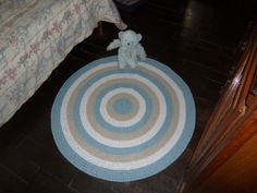 tapete confeccionado em croche or <br>material utilizado barbante de algodão 8 fios <br>cores: azul claro, caqui e branco <br>produto lavável