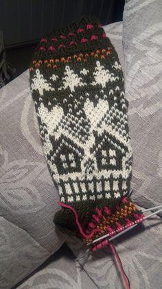 Keskeneneräinen | Kodin Kuvalehti Mittens Pattern, Knit Mittens, Knitting Socks, Baby Knitting, Knit Or Crochet, Free Crochet, Crochet Hats, Christmas Stocking Pattern, Christmas Stockings