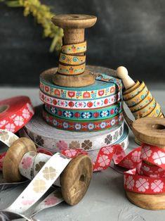 Wirf ein Blick hinter die Kulissen unserer Webbandproduktion. farbenmix Webbänder von der Produktion bis zu dir nach Hause. Heute beantworten wir dir Fragen rund um Webbänder. Wie vernäht man Webbänder, Kann man Webbänder waschen, sind sie für Babies geeignet... Stuffed Peppers, Design, Crafts, Backdrops, Fabrics, Round Round, Sewing Patterns, Creative, Manualidades