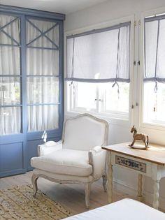 interiør blått Scandinavian Style, Decoration, Entryway Bench, Fabric Design, Shabby Chic, Bedroom Decor, Villa, Curtains, Living Room